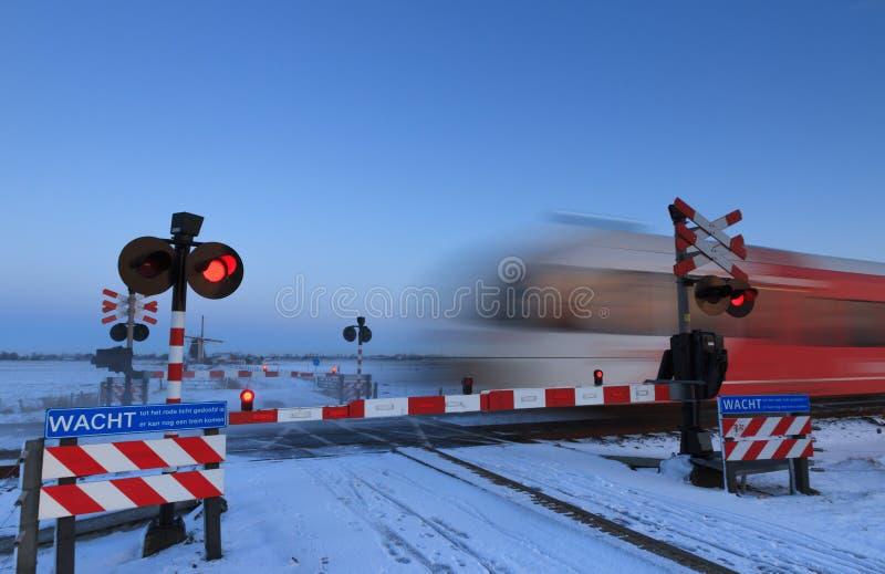 Croisement de chemin de fer d'hiver photos stock