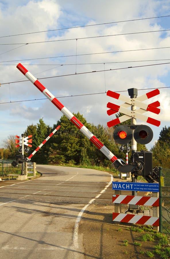 Croisement de chemin de fer sur une route d'enroulement images libres de droits