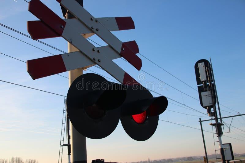 Croisement de chemin de fer avec le signal de lumière rouge dans le bas polder dans Moordrecht sur le titre de train de Rotterdam photo libre de droits