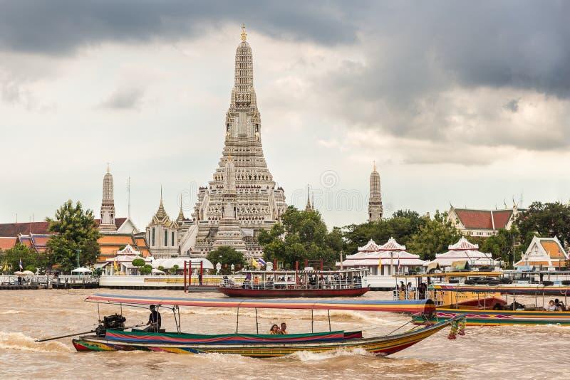 Croisement de ferry Chao Phraya River devant le temple de Wat Arun à Bangkok photographie stock