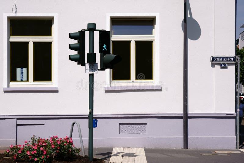 Croisement de feu de signalisation devant le bâtiment résidentiel photos stock