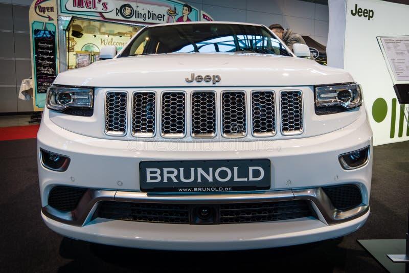 Croisement de luxe de taille moyenne SUV Jeep Grand Cherokee, 2015 photographie stock