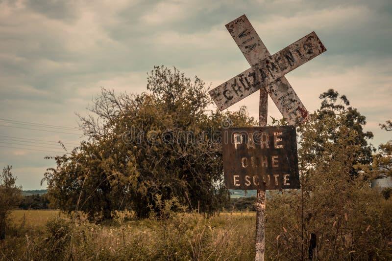 Croisement de train dans un endroit incertain photo libre de droits