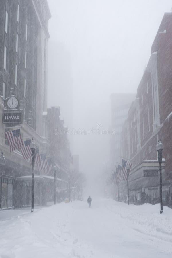 Croisement du centre dans une tempête de neige images stock