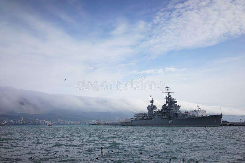 Croiseur dans le port de Novorossiysk images stock