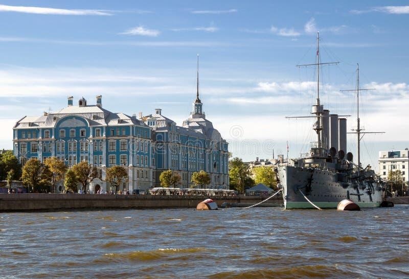 Croiseur de l'aurore sur la rivière de Neva dans le St Petersbourg image libre de droits