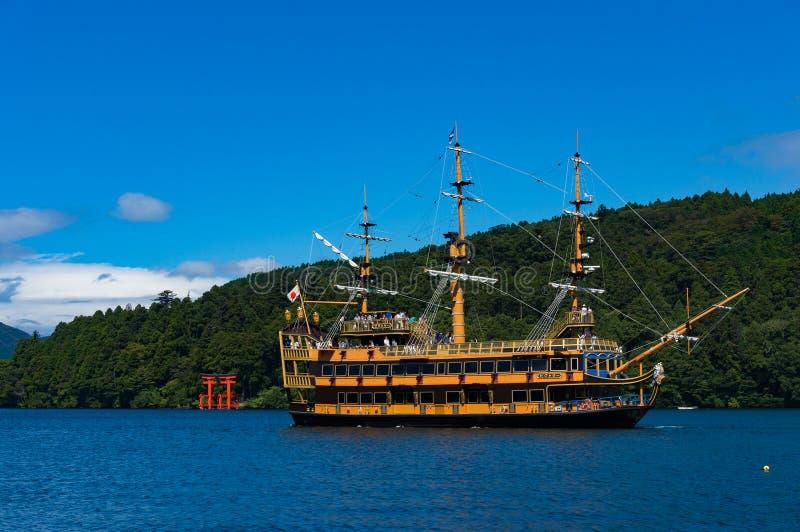 Croiseur de touristes et porte vermillonne de tores sur le lac Ashi, Hakone photographie stock