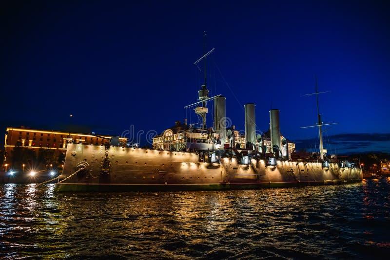 Croiseur russe de l'aurore ou d'Avrora de croiseur à St Petersburg, Russie Bateau de musée à St Petersburg, vue de rivière images libres de droits