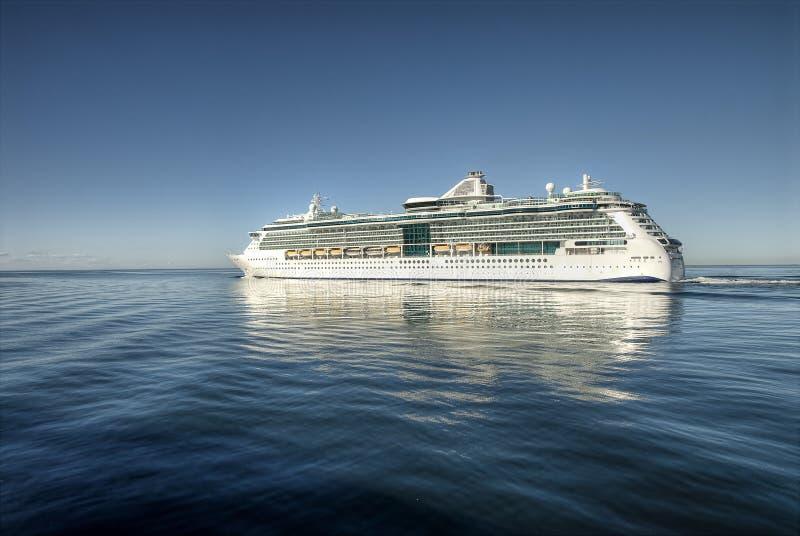 Croiseur sur la mer ouverte photos stock