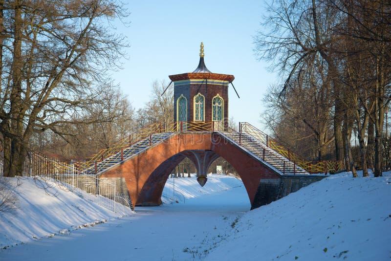Download Croisez Le Pont Dans Alexander Park Le Jour De Neige De Novembre Tsarskoye Selo, St Petersbourg Russie Image stock - Image du croix, abandonné: 87709641
