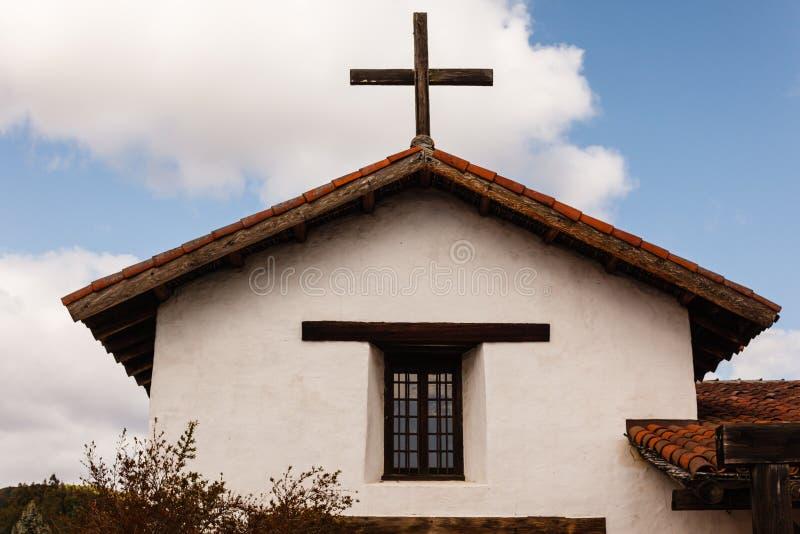 Croisez sur l'église espagnole de style de mission dans le pays photographie stock libre de droits