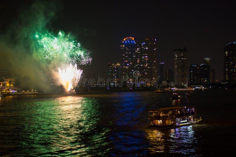 Croisez sur la rivière la nuit avec des feux d'artifice Bangkok, Thaïlande photo libre de droits
