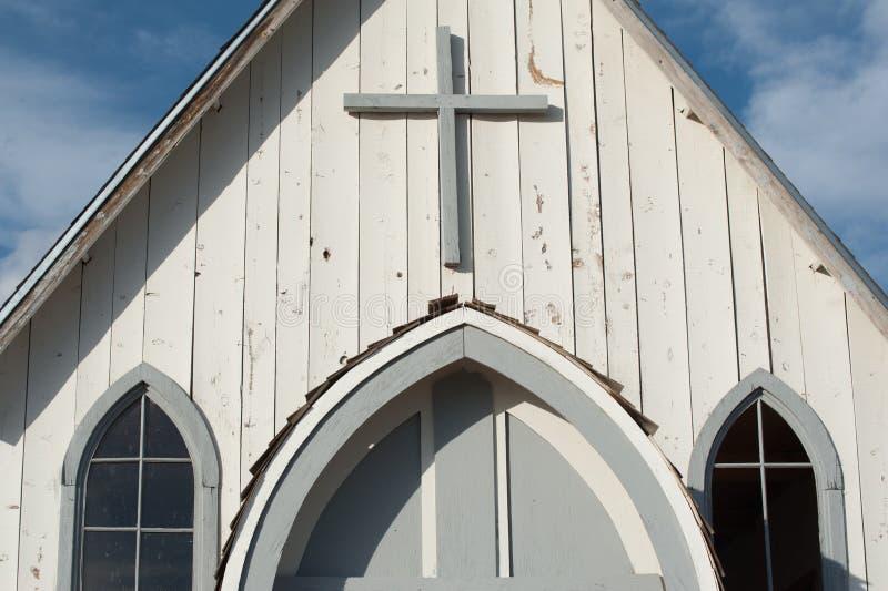 Croisez sur une vieille église blanche de bardeau en Amérique rurale photos libres de droits