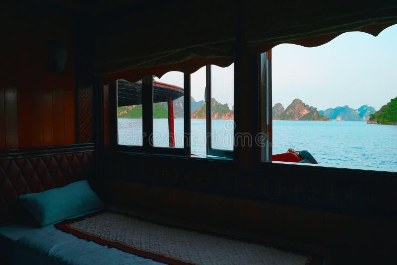 Croisière à la baie de Halong, Vietnam Vue de fenêtre de carlingue photo libre de droits