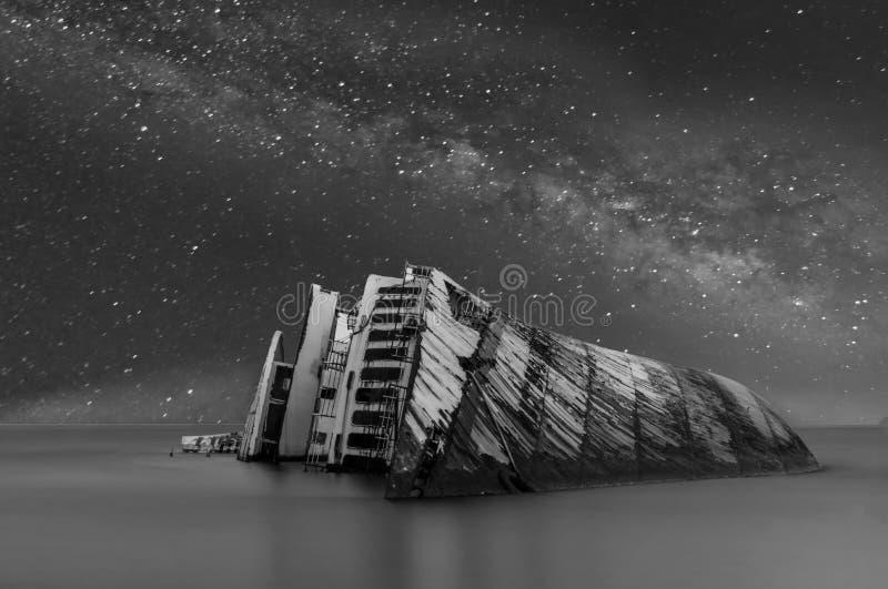 Croisière sous la galaxie de manière laiteuse images stock