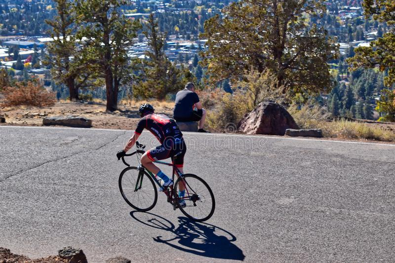 Croisières d'un cavalier de vélo le long du dessus de Butte pilote dans la courbure, Orégon images libres de droits
