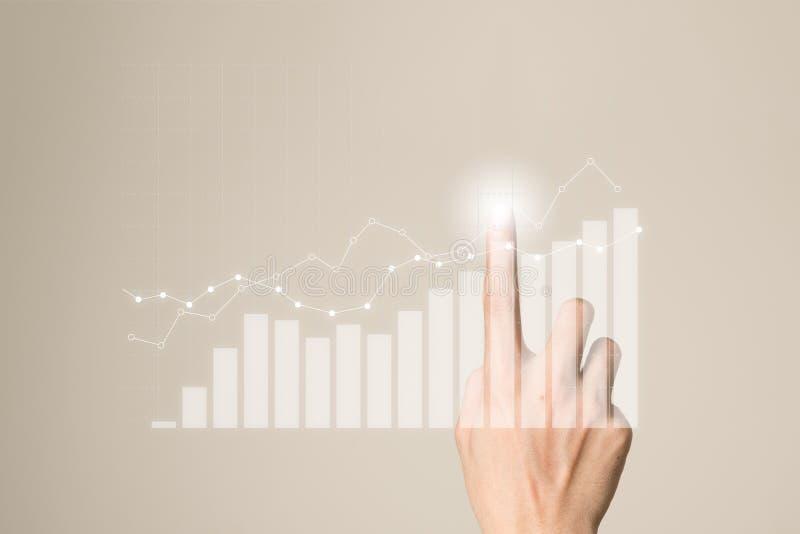 Croissance future d'entreprise de graphe par point d'homme d'affaires photos stock