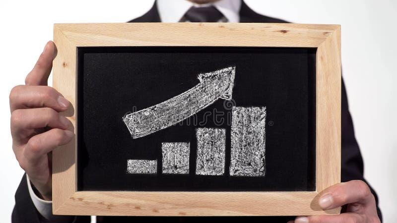 Croissance vers le haut du graphique de flèche tracé sur le tableau noir dans des mains d'homme d'affaires, rapport de société illustration de vecteur