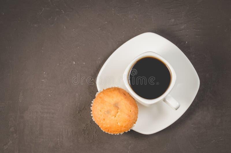 croissant γλυκό φλυτζανιών καφέ σπασιμάτων ανασκόπησης Άσπρο φλυτζάνι του καυτού μαύρου καφέ και cupcake σε μια σκοτεινή διαστημι στοκ φωτογραφίες με δικαίωμα ελεύθερης χρήσης