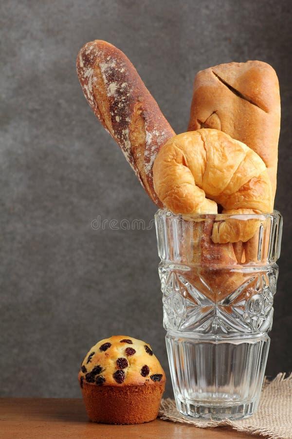 Croissant ćwieka piekarnia w szklanym ciosie na teakwood zdjęcie stock