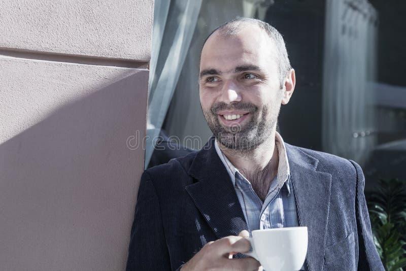 croissant γλυκό φλυτζανιών καφέ σπασιμάτων ανασκόπησης Επιτυχής επιχειρηματίας που απολαμβάνει σε ένα φλιτζάνι του καφέ στοκ φωτογραφίες