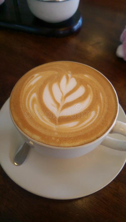 croissant γλυκό φλυτζανιών καφέ σπασιμάτων ανασκόπησης στοκ εικόνα