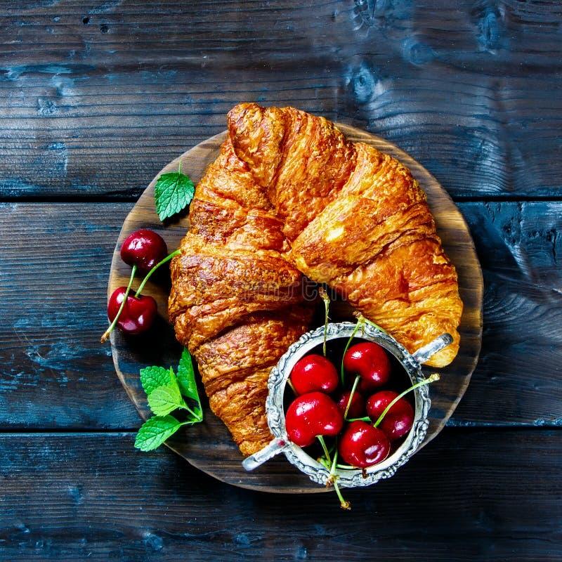 Croissant και κεράσι στοκ εικόνα