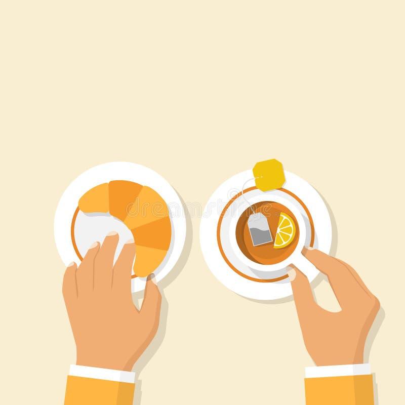 Croissant και φλυτζάνι του καυτού τσαγιού με το λεμόνι ελεύθερη απεικόνιση δικαιώματος
