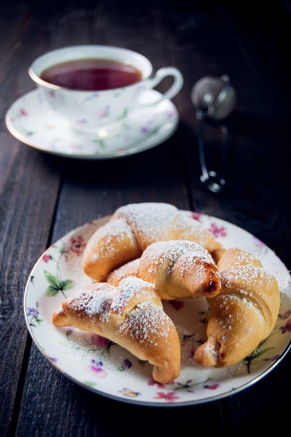 Croissant με τη μαρμελάδα και τσάι για το πρόγευμα στοκ εικόνα