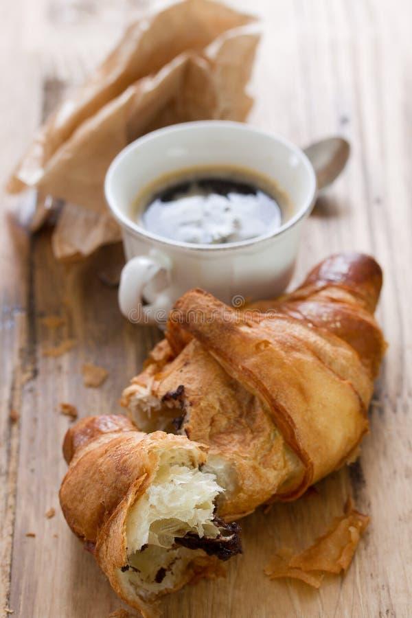 Croissant με τη σοκολάτα και τον καφέ στοκ εικόνες