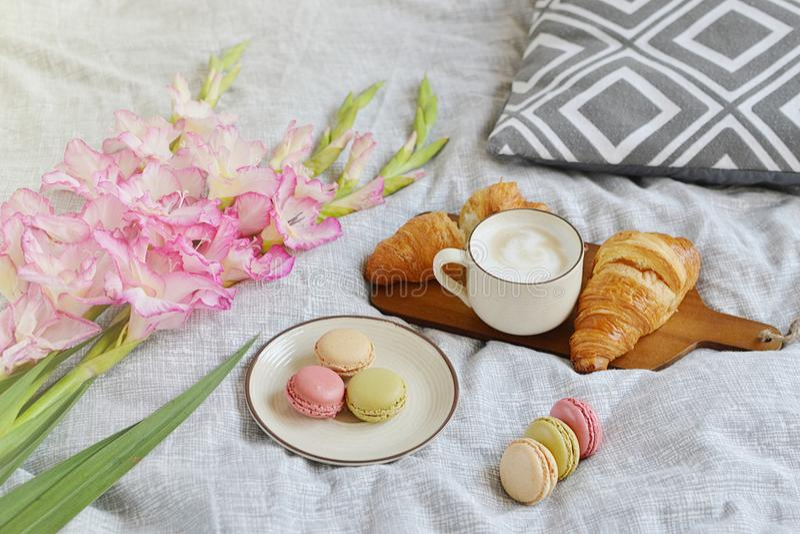 Croissant, φλυτζάνι καφέ, macaroons στοκ εικόνα