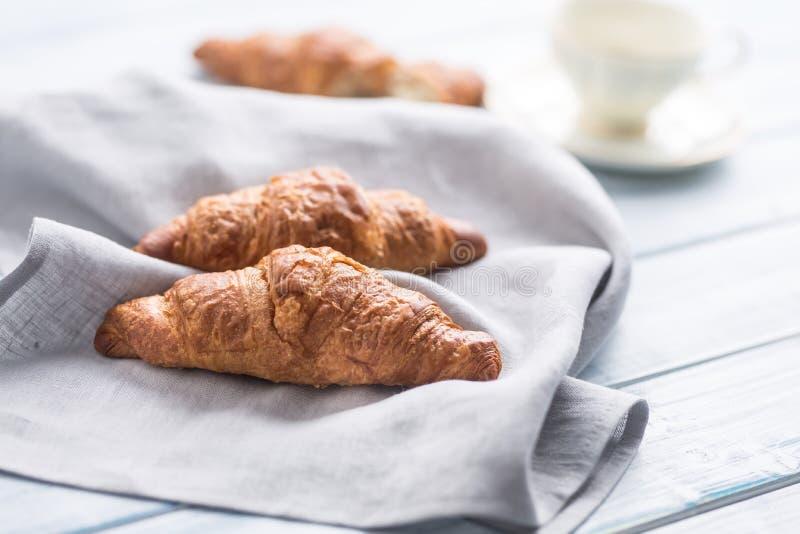 Croissant amanteigados frescos no guardanapo da cozinha e na tabela de madeira fotos de stock royalty free
