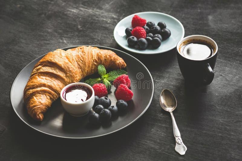 Croissant, bagas, doce e café franceses imagem de stock