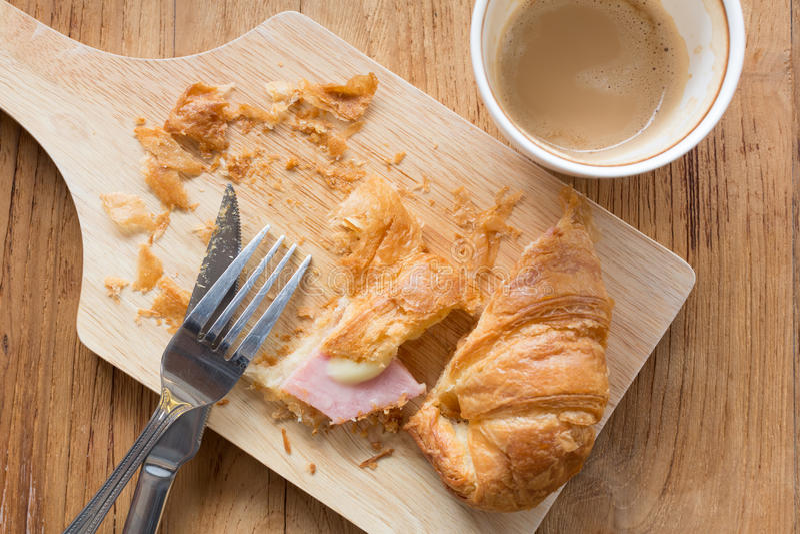 Croissant baleronu ser i filiżanka gorąca kawa obrazy royalty free