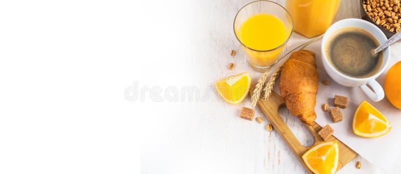 Croissant, café e suco de laranja, vista superior Conceito do pequeno almoço imagens de stock royalty free