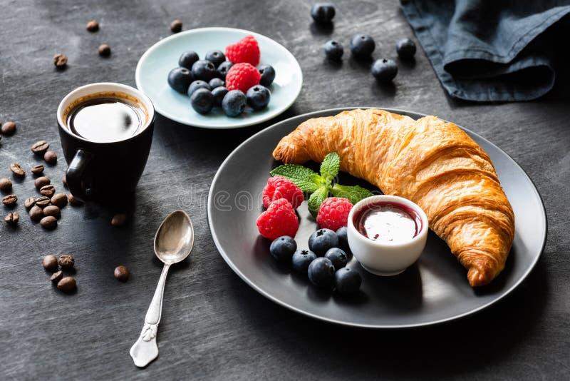 Croissant, café fresco das bagas, do doce e da xícara de café foto de stock royalty free