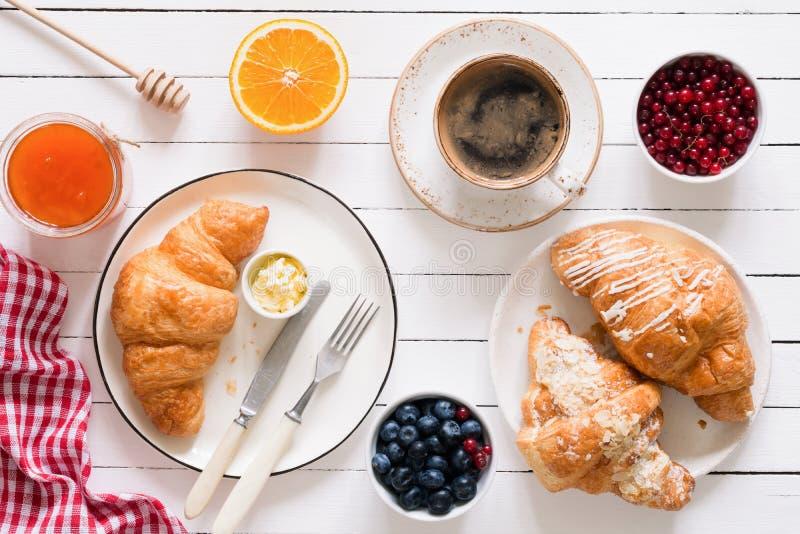 Croissant, caffè, inceppamento e frutti Vista del piano d'appoggio della prima colazione continentale fotografia stock libera da diritti