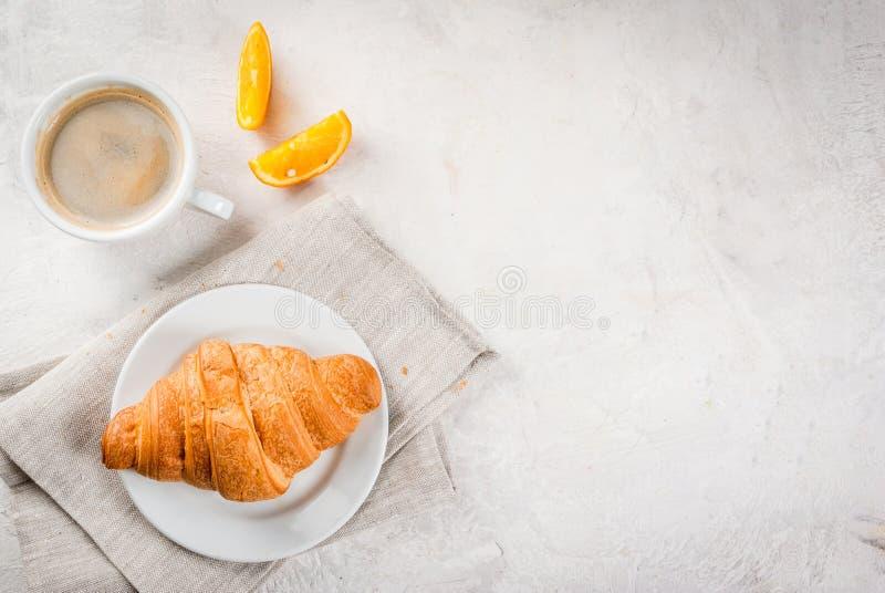 Croissant com café e laranja fotografia de stock royalty free