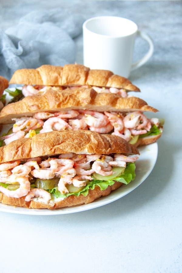 Croissant com camarões fotografia de stock royalty free