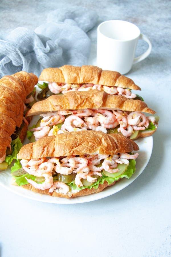 Croissant com camarões fotos de stock