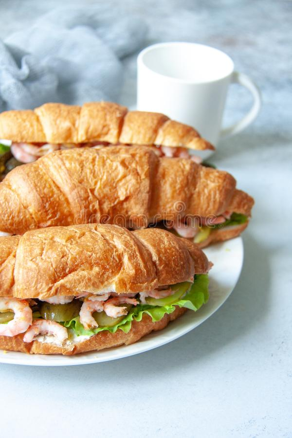 Croissant com camarões foto de stock royalty free