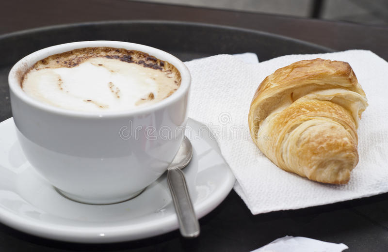 Croissant com cappuccino imagens de stock