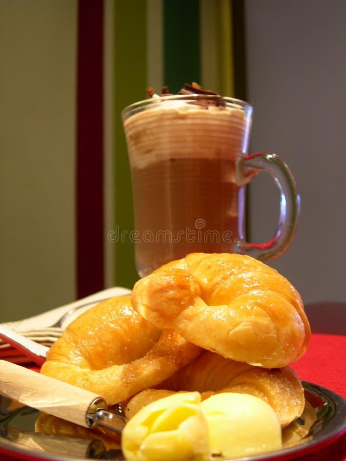 Croissant com cappuccino foto de stock