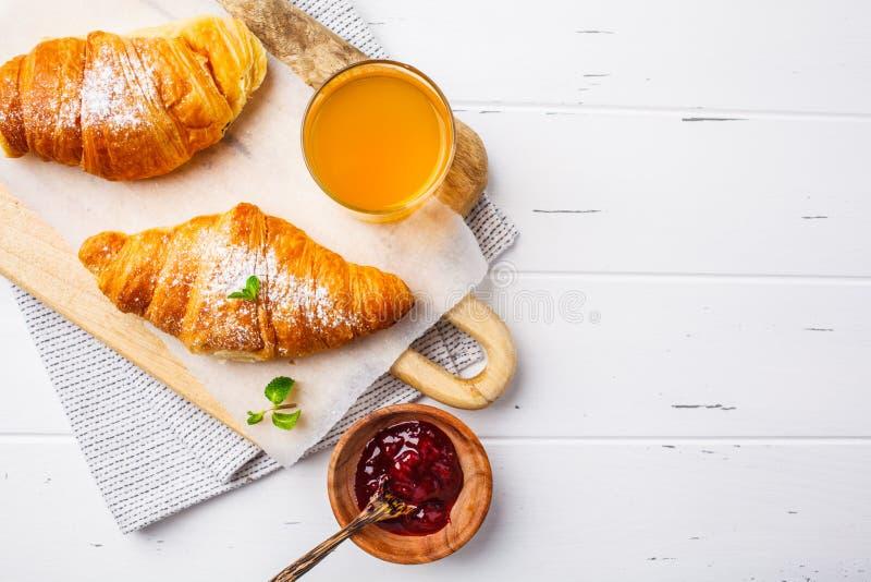 Croissant com doce da baga no fundo de madeira branco imagens de stock