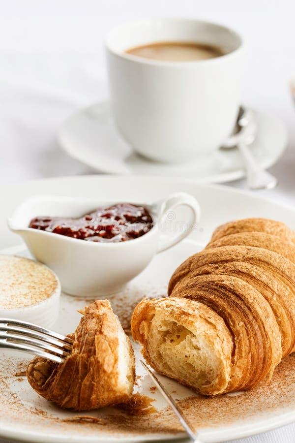 Croissant com manteiga e doce e café foto de stock royalty free