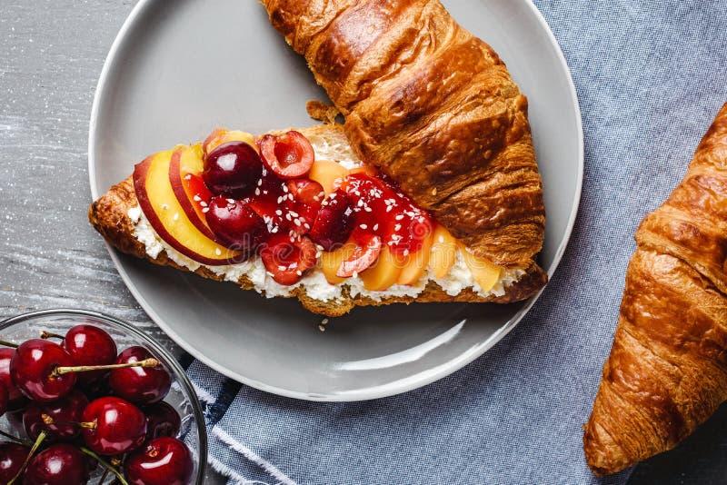 Croissant com requeijão e frutos frescos foto de stock