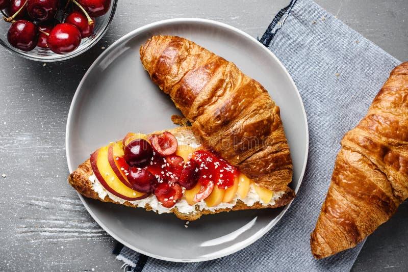 Croissant com requeijão e frutos frescos imagens de stock