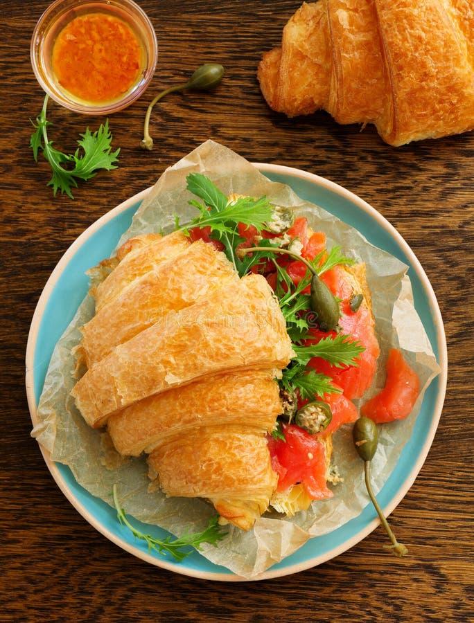 Croissant com salmões fotografia de stock