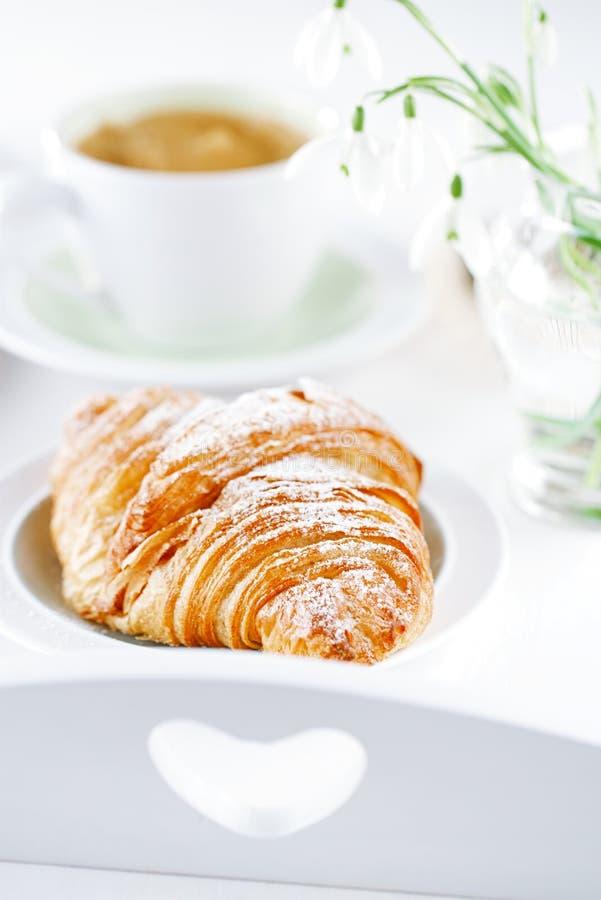 Croissant con café, en la bandeja sunlit del desayuno imágenes de archivo libres de regalías