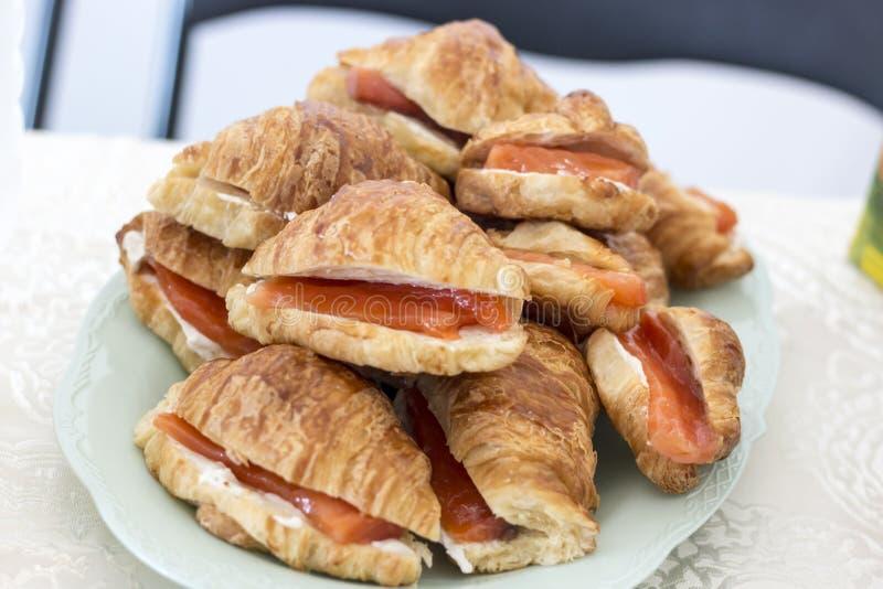 Croissant con salmón foto de archivo
